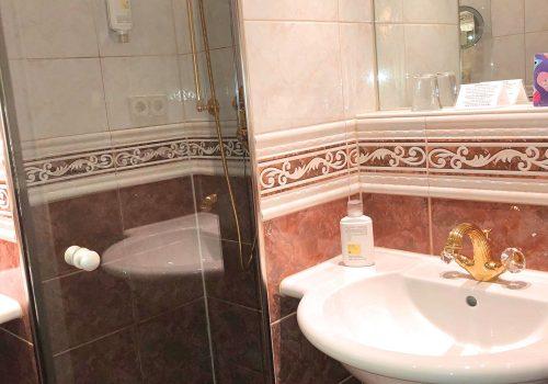 Doppelzimmer Rossini Superior Badezimmer und WC im Wellnesshotel Moknis im Schwarzwald