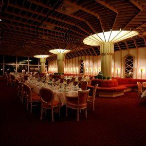 Der Festsaal im Badhotel mit einer Festtafel für eine Hochzeit