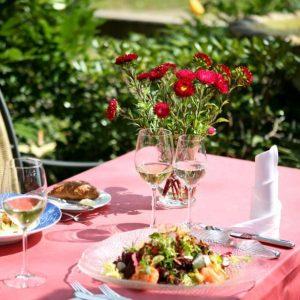 Frischer Garnelen Salat auf der Restaurant Rossini Enz Terrasse in Bad Wildbad
