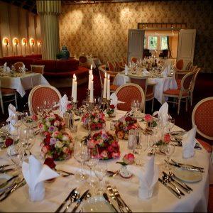 Runder dekorierter Tisch im Festsaal für Hochzeiten und Feiern
